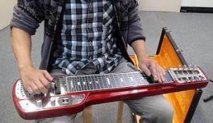 ▲スチール・ギターを弾く